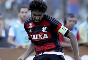 Wallace em ação pelo Flamengo na semifinal do Carioca, contra o Vasco: última partida do zagueiro como capitão do time Foto: Marcelo Carnaval / Agência O Globo