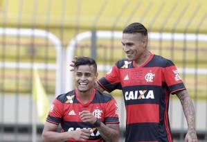 Everton comemora o gol do Flamengo com Guerrero Foto: Marcelo Carnaval / Agência O Globo