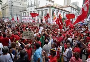 Manifestação pró-Dilma no Centro do Rio Foto: Marcelo Theobald / Agência O Globo / 18-03-2016