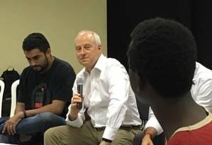 Michael Sandel conversa no morro do Alemão Foto: Divulgação