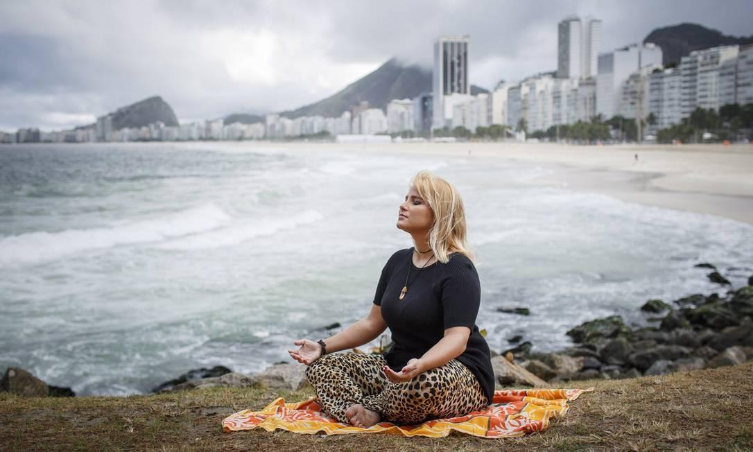 Depois de sofrer de depressão e tomar vários remédios, a estudante de publicidade Christiana de Oliveira passou a praticar meditação 'mindfulness', dispensou os medicamentos e voltou a praticar esportes Foto: Fernando Lemos