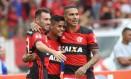 Mancuello e Guerrero abraçam Everton na comemoração do gol do meia na vitória sobre o Sport Foto: Gilvan de Souza / Flamengo