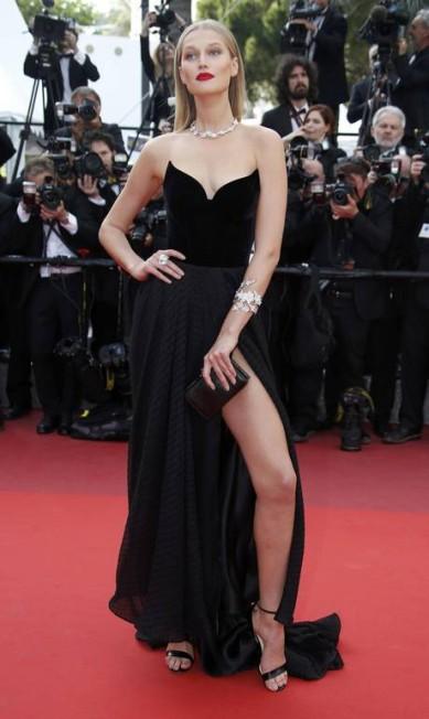 A modelo alemã Toni Garrn, ex-namorada de Leonardo DiCaprio, parou o tapete vermelho de Cannes ao surgir com um pretinho de fenda vertiginosa ERIC GAILLARD / REUTERS