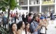 Aristas ocupam e abraçam Palácio Gustavo Capanema, do MinC, em protesto contra o governo Temer e o fim do Ministério da Cultura