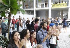 Aristas ocupam e abraçam Palácio Gustavo Capanema, do MinC, em protesto contra o governo Temer e o fim do Ministério da Cultura Foto: Marcelo Carnaval / Agência O Globo