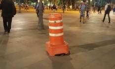 Um cone foi colocado para tentar alertar os pedestres da tampa solta do bueiro na Praça Quinze Foto: Foto da leitora Carol Scholze / Eu-Repórter