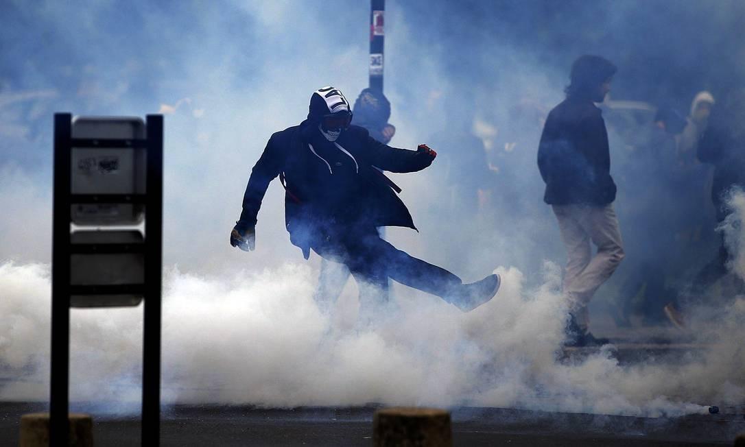 Manifestantes são alvo de gás lacrimogênio lançado pela polícia durante protesto na França Foto: STEPHANE MAHE / REUTERS