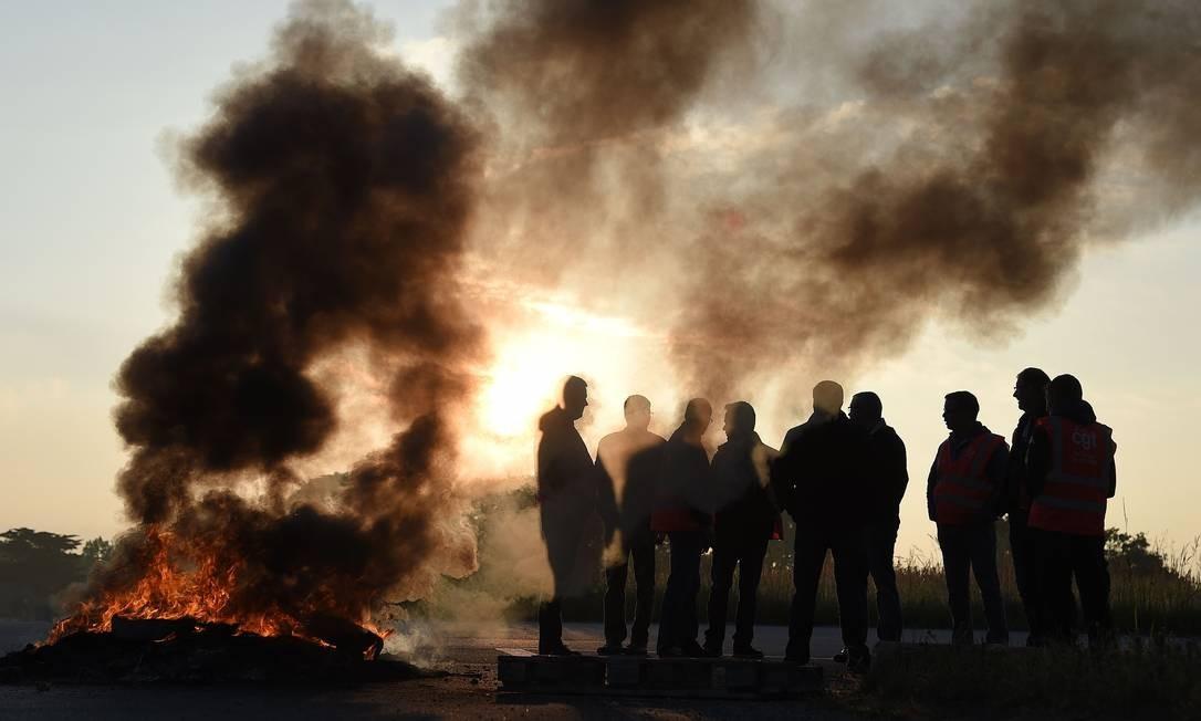 Trabalhadores em greve bloqueiam estradas em nova ação de protesto a reforma trabalhista Foto: JEAN-SEBASTIEN EVRARD / AFP