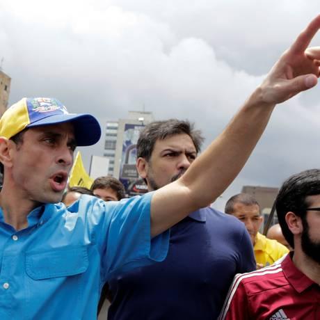 Líder da oposição venezuelana Henrique Capriles cumprimenta simpatizantes ao chegar a um protesto para exigir um referendo revogatório contra o presidente Nicolás Maduro, em Caracas, em 14 de maio de 2016 Foto: MARCO BELLO / REUTERS