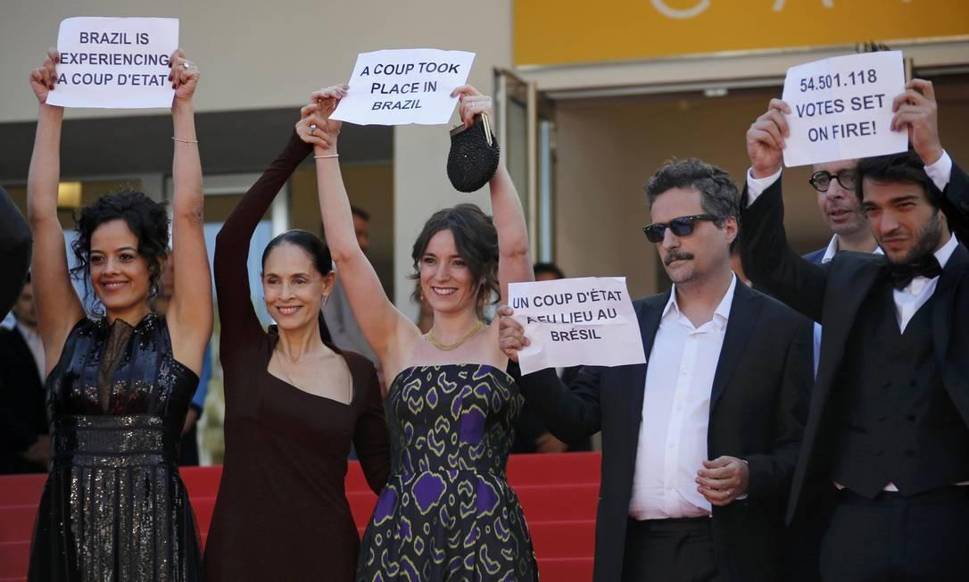 Maeve Jinkings, Sônia Braga, Carla Ribas, Kleber Mendonça Filho e Humberto Carrão levaram cartazes ao tapete vermelho Foto: JEAN-PAUL PELISSIER / REUTERS