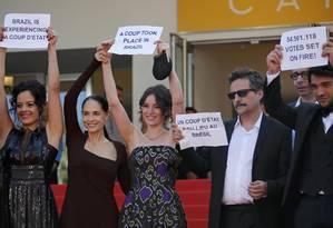 Kleber Mendonça Filho (de óculos escuros) e o elenco de 'Aquarius' protestam em Cannes Foto: JEAN-PAUL PELISSIER / REUTERS