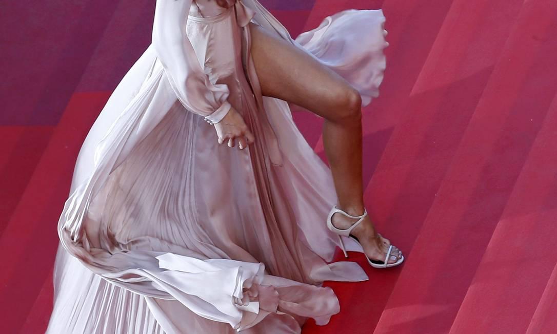 """Não se sabe se o alvo era o sapato (ainda mais após Julia Roberts e Kristen Stewart cruzarem o tapete vermelho descalças como forma de protestar contra o fato de mulheres terem sido """"barradas"""" no ano passado na exibição do filme """"Carol"""" por estarem sem salto), mas as pernas da top Izabel Goulart viraram o centro das atenção nesta terça-feira no Festival de Cannes ERIC GAILLARD / REUTERS"""