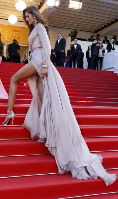 Novamente as pernas de Izabel entraram na mira dos fotógrafos YVES HERMAN / REUTERS