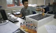 Especialista manuseia amostras de atletas em Pequim, pouco antes dos Jogos de 2008 Foto: Robert F. Bukaty / AP