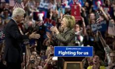 Hillary Clinton recebe seu marido, Bill Clinton, durante um comício na Filadélfia Foto: ERIC THAYER / NYT