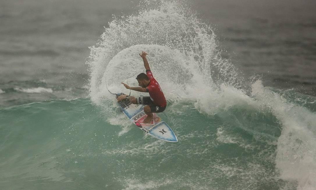 Filipe Toledo entrou na água nesta quarta-feira na etapa do Rio do Mundial de Surfe Guilherme Leporace / Agência O Globo