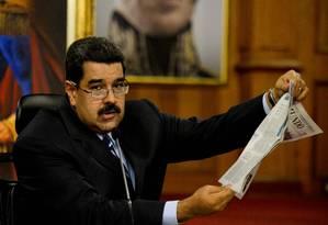 """Maduro mostra edição de """"El Mundo"""": presidente venezuelano acusa imprensa espanhola de atacar seu governo Foto: FEDERICO PARRA / AFP"""