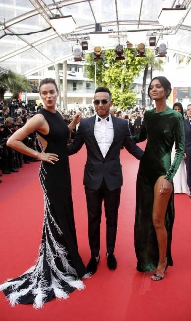 No oitavo dia do Festival de Cannes, o piloto britânico Lewis Hamilton roubou os flashes ao lado de beldades com looks supersensuais. Uma delas (à esquerda) era a russa Irina Shayk, ex de Cristiano Ronaldo e atual namorada de Bradley Cooper ERIC GAILLARD / REUTERS