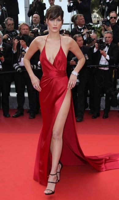 A modelo americana Bella Hadid, de 19 anos, brilhou nesta quarta-feira no tapete vermelho do Festival de Cannes ao levar decote e fenda ao limite Joel Ryan / AP
