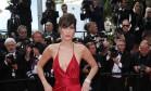 A modelo americana Bella Hadid, de 19 anos, brilhou nesta quarta-feira no tapete vermelho do Festival de Cannes ao levar decote e fenda ao limite Foto: Joel Ryan / AP