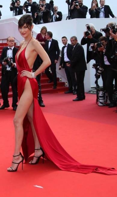 O look de Bella sugeria a ausência de lingerie Joel Ryan / AP