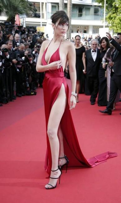 Bella Hadid ajusta o decote no red carpet Thibault Camus / AP