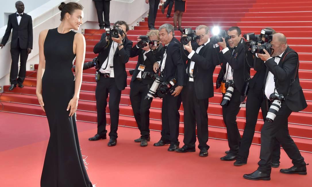 Irina Shayk brilha no tapete vermelho do Festival de Cannes LOIC VENANCE / AFP