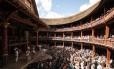 """Montagem de """"Romeu e Julieta"""" no Shakespeare's Globe, em Londres em abril de 2015. Teatro foi reconstruído no final do século XX nos moldes do original elisabetano"""