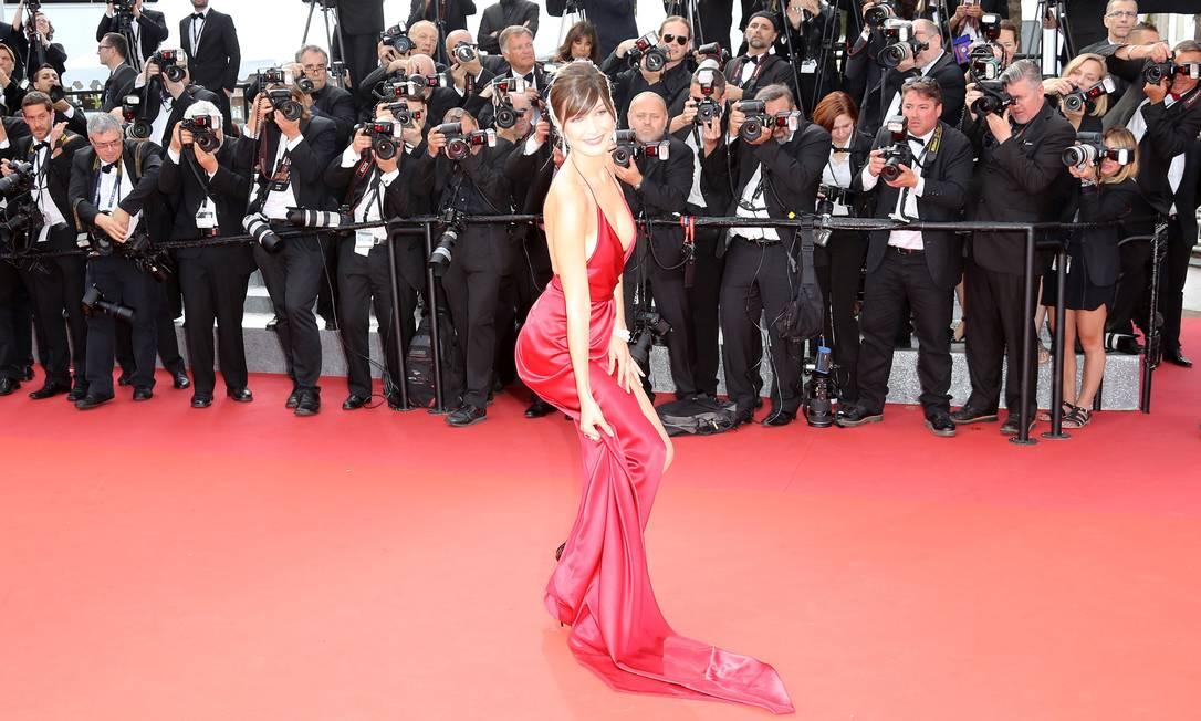 """O vestido bem que tentou """"trair"""" Bella Hadid, mas ela não perdeu a graça em momento algum: segurou o look VALERY HACHE / AFP"""