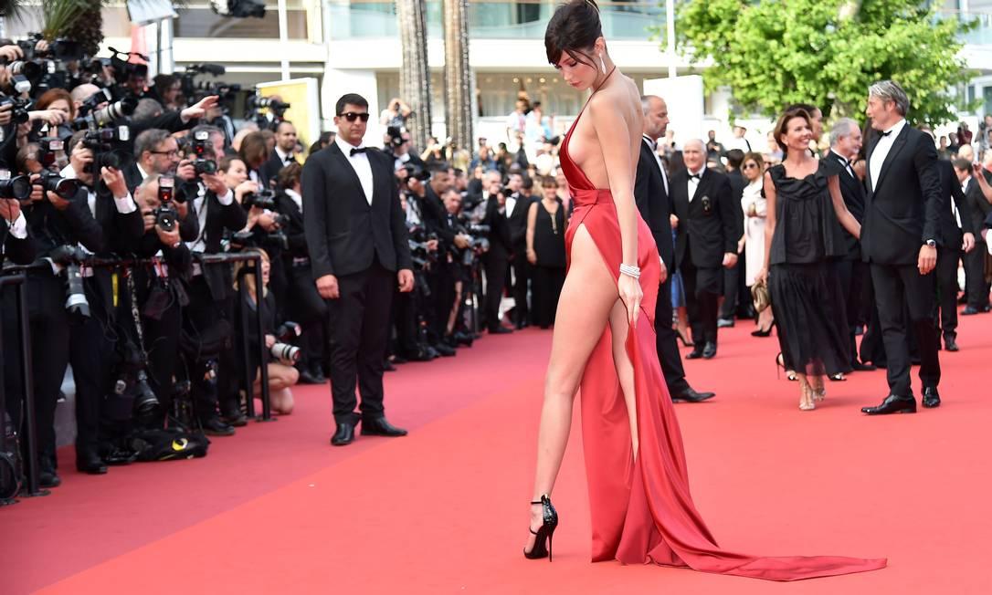 Bella Hadid poderosa no red carpet ALBERTO PIZZOLI / AFP
