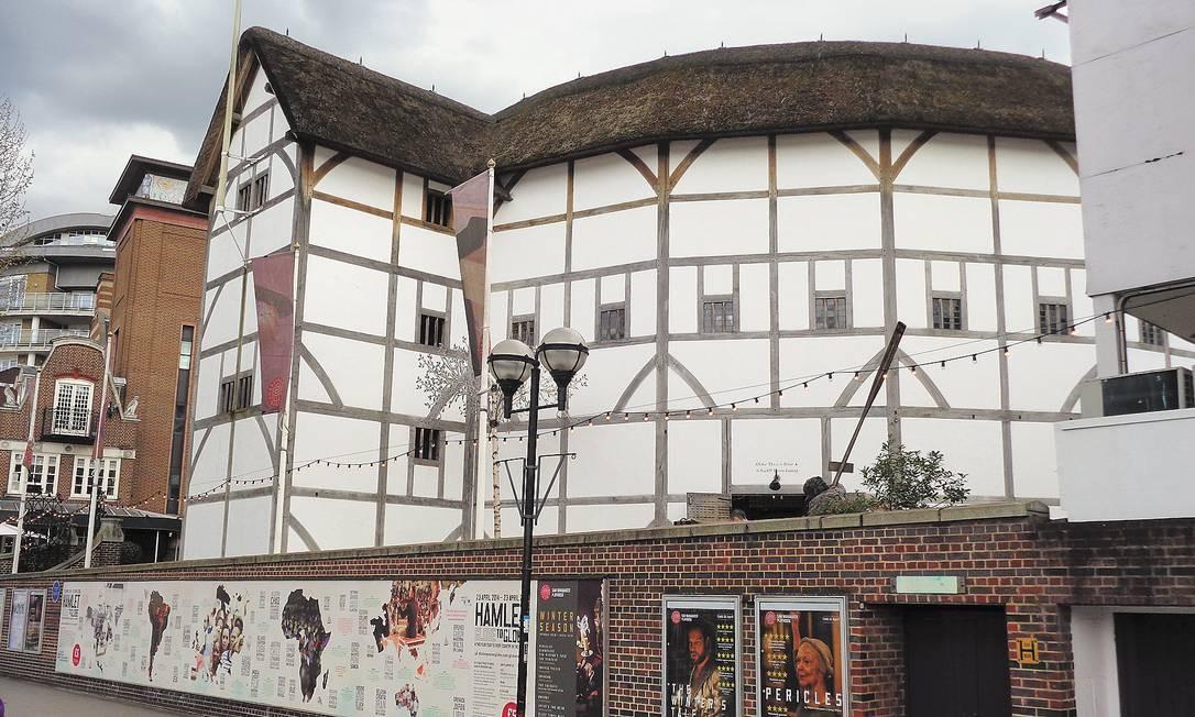 Em Londres, o elisabetano Shakespeare's Globe, reaberto em 1997, é parada obrigatória para os fãs do Bardo. Foto: Leonardo Cazes / O Globo