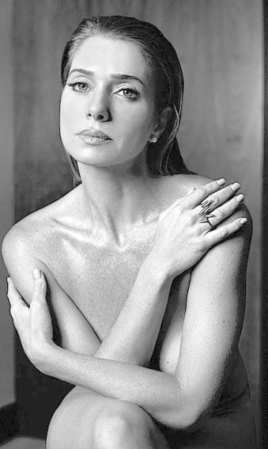 """Recentemente, Letícia Spiller também causou ao posar nua para o ELA: """"Acho que a minha decisão de posar nua tem muito a ver com a Dorotéia. Na peça, a cena de nudez faz parte de um contexto triste e doloroso, é algo que acontece naturalmente, eu me sinto à vontade"""", contou a atriz, explicando como a personagem da peça que estrelava interferiu na sua decisão Yuri Sardenberg"""
