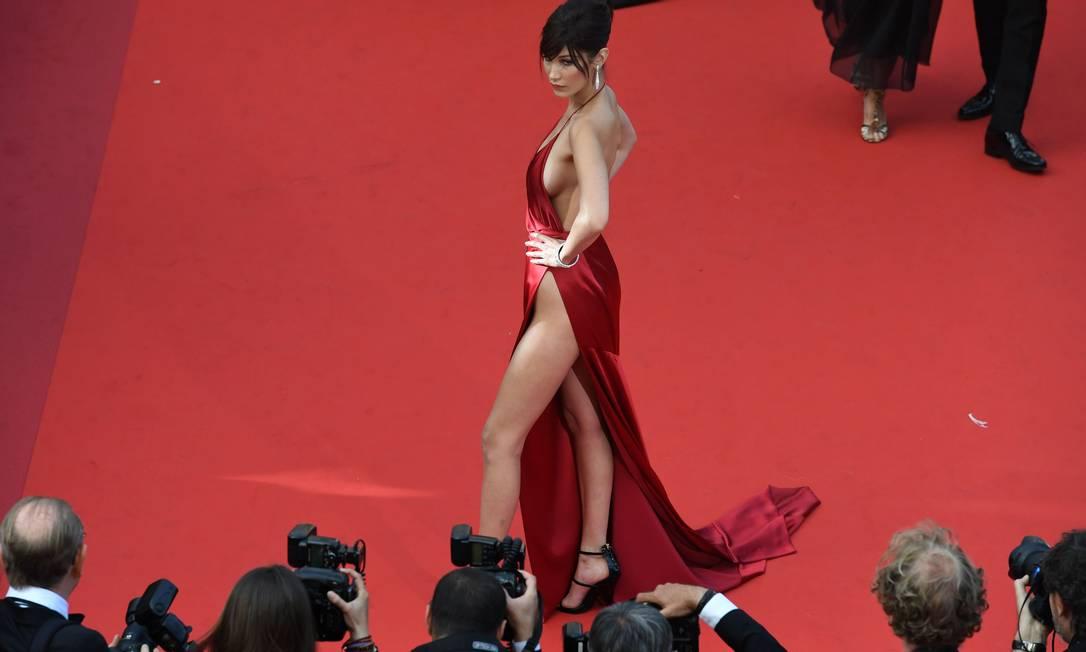 Bella Hadid: brilho no tapete vermelho ANTONIN THUILLIER / AFP