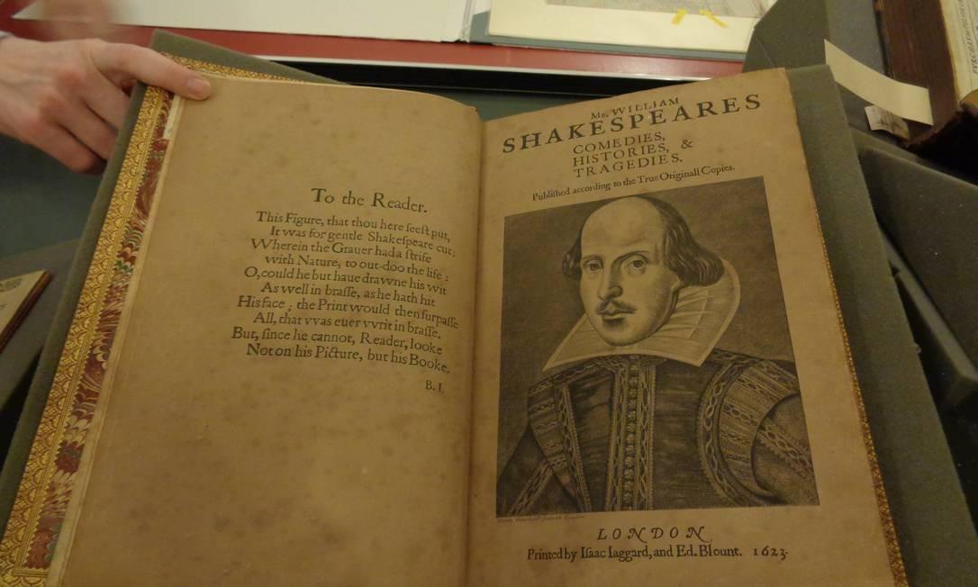 Na casa histórica, mantida pela Birthplace Trust, há raridades, como uma das primeiras edições das obras completas de Shakespeare. Foto: Leonardo Cazes / O Globo