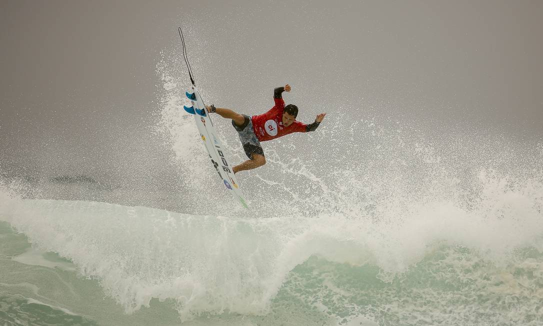Mineirinho voando nas ondas do Postinho, na Barra Guilherme Leporace / Agência O Globo