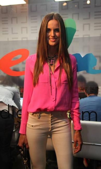 A inauguração do site foi feita em grande estilo com um quartel-general no Fashion Rio, de onde a equipe do ELA cobria diretamente a semana de moda carioca. A top Izabel Goulart foi uma das estrelas que passou por lá, em maio de 2012 Ana Branco / Agência O Globo