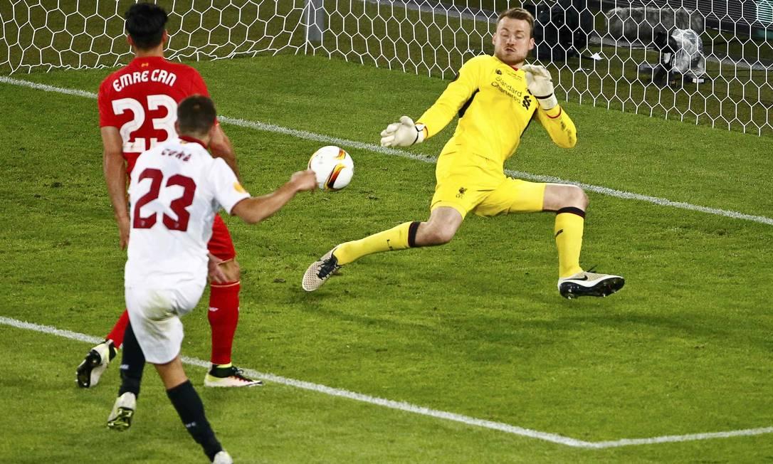 Coke chuta na saída de Mignolet para marcar o terceiro gol do Sevilla ARND WIEGMANN / REUTERS