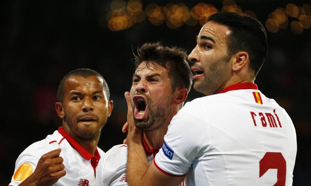 Coke é abraçado por Rami ao fazer o gol da virada do Sevilla sobre o Liverpool Michael Dalder / REUTERS
