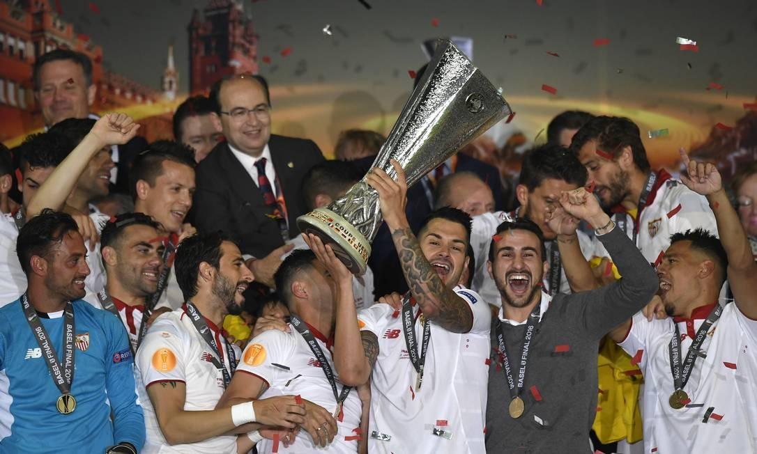 Jogadores do Sevilla erguem a Liga Europa, após a vitória sobre o Liverpool por 3 a 1 Foto: Laurent Gillieron / AP