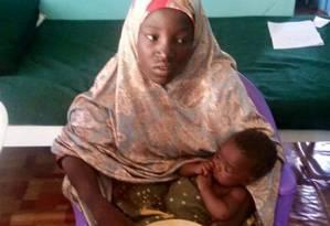 Jovem resgatada já teve filho durante cativeiro Foto: Nigeria Military / REUTERS