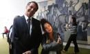 O deputado Jair Bolsonaro (PSC-RJ) sorri enquanto a estudante Amanda Neme mostra o dedo médio para foto Foto: Michel Filho / Agência O Globo / 18-5-2016