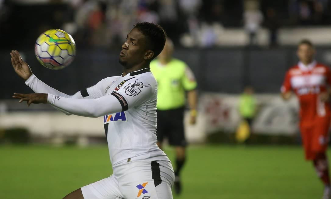 Thalles, do Vasco, domina a bola na partida contra o CRB, pela Copa do Brasil, em São Januário Marcelo Theobald