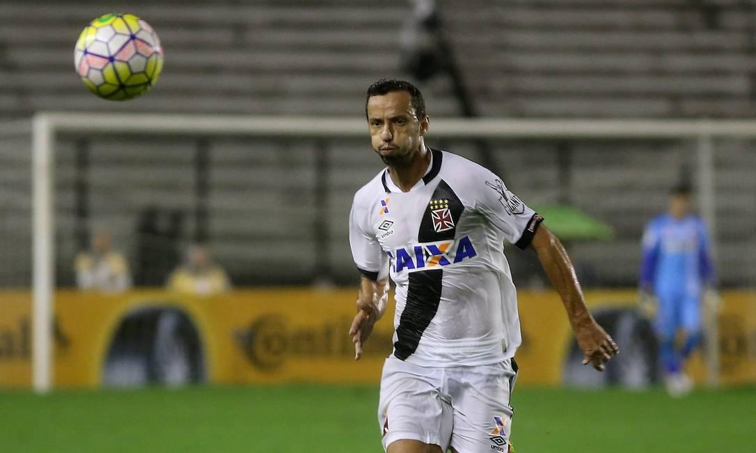 Camisa 10 do Vasco, Nenê observa a bola em São Januário Marcelo Theobald / Agência O Globo