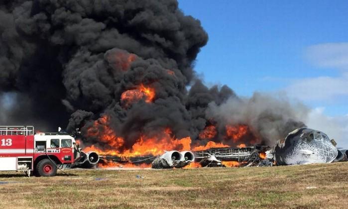Bombardeiro cai e explode em chamas em base aérea dos EUA