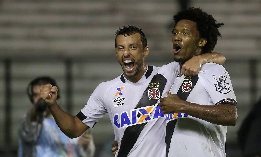 Rafael Vaz é abraçado por Nenê ao fazer mais um gol decisivo para o Vasco, desta vez contra o CRB Marcelo Theobald