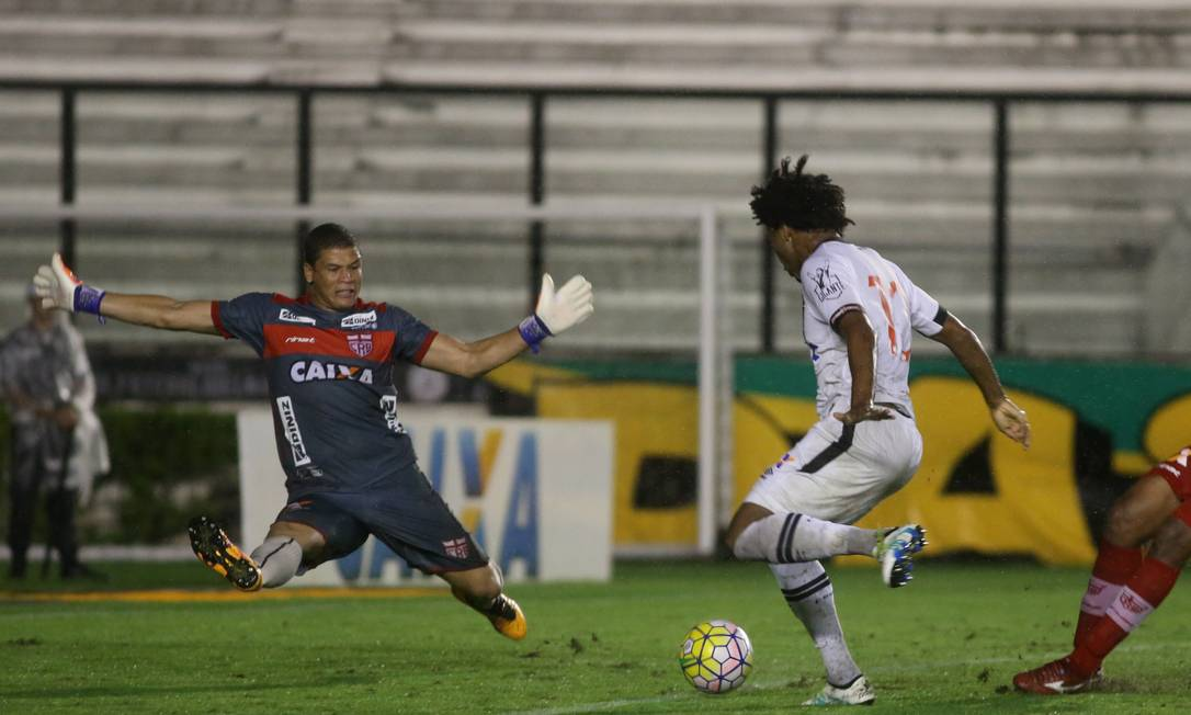 Rafael Vaz tocou na saída do goleiro do CRB para garantir a classificação do Vasco Marcelo Theobald