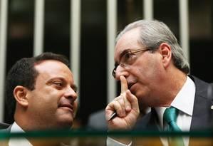 Aliados. Cunha conversa com Moura. Além do líder do governo, peemedebista emplacou mais três indicações Foto: Ailton de Freitas/25-2-2016