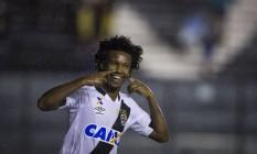 Rafael Vaz comemora, contra o CRB, pela Copa do Brasil, aquele que pode ter sido seu último gol pelo Vasco Foto: Daniel Marenco