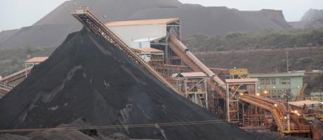 Pilha de minério de ferro em Serra Azul (MG Foto: Agência O Globo