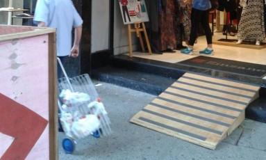 Rampa improvisada em loja de Copacabana é instalada na calçada Foto: Leitora Ana Lúcia de Araújo / Eu-Repórter